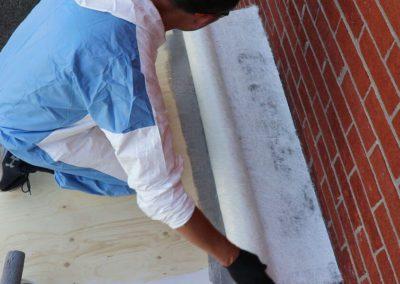 Appliquer la fibre de verre sur la première couche de résine - Plasto