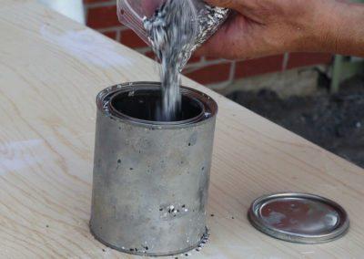 Remplir la pinte avec les flocons de granite - Plasto