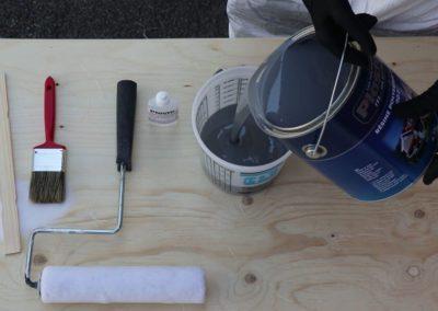 Verser la résine de polyester dans un contenant gradué de 1.89 L - Plasto