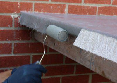 Coller la fibre de verre imbibée de résine sur le rebord du balcon - Plasto